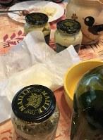食卓に並ぶ3種類のマスタードと、紙にくるんだまま無造作に置かれたバター