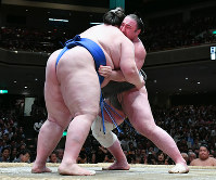Tochinoshin, right, grapples with fellow sekiwake Ichinojo during their bout on May 20, Day 8 of the May Grand Sumo Tournament, at Tokyo's Ryogoku Kokugikan sumo venue. (Mainichi)