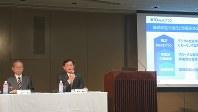東芝会長に就任後、初めて記者会見に登場した車谷暢昭氏(右)=東芝本社で2018年5月15日、今沢真撮影