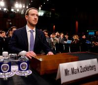 米議会上院の公聴会に臨むフェイスブックのマーク・ザッカーバーグCEO=4月10日、ロイター