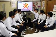 「7つのルール」のPR動画の場面を見ながら話し合う越谷市立平方中学校の生徒ら