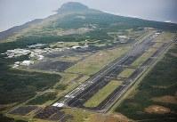 硫黄島航空基地の滑走路=今年1月、本社機「希望」から須賀川理撮影