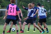 サッカー日本代表の合宿が始まり、練習で汗を流す本田(中央)ら選手たち=千葉県内で2018年5月21日、長谷川直亮撮影