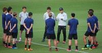 サッカー日本代表の合宿が始まり、練習前に選手たちに話しをする西野監督(奥右)=千葉県内で2018年5月21日、長谷川直亮撮影