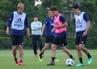 サッカー日本代表の合宿が始まり、選手たちの練習を見守る西野監督(左から2人目)。左端は本田、右端は香川=千葉県内で2018年5月21日、長谷川直亮撮影