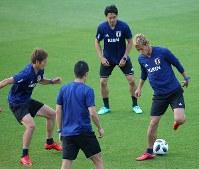 サッカー日本代表の合宿が始まり、ボール回しでウォーミングアップする本田(右)、香川(中央)、原口(左)ら=千葉県内で2018年5月21日、長谷川直亮撮影