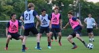 サッカー日本代表の合宿が始まり、練習で汗を流す香川(中央)ら選手たち=千葉県内で2018年5月21日、長谷川直亮撮影