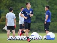 サッカー日本代表の合宿で、別メニューで調整する岡崎(中央)=千葉県内で2018年5月21日、長谷川直亮撮影