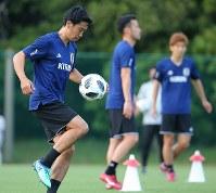 サッカー日本代表の合宿が始まり、練習で汗を流す香川(左)ら=千葉県内で2018年5月21日、長谷川直亮撮影