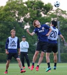 サッカー日本代表の合宿が始まり、練習で汗を流す原口(右から2人目)。左端は本田、左から2人目は西野監督=千葉県内で2018年5月21日、長谷川直亮撮影