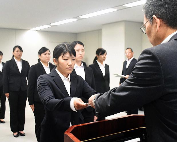 性犯罪捜査員:女性警察官13人 県警新たに指定 /香川 - 毎日新聞