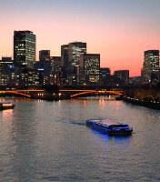 夕刻の大川を行くアクアライナー=大阪水上バス提供