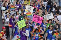 This file photo shows the Tokyo Rainbow Pride demonstration in Tokyo's Shibuya Ward on May 6, 2018. (Mainichi)