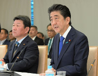 Prime Minister Shinzo Abe, right, speaks during a meeting of the Council on Economic and Fiscal Policy in Tokyo on May 21, 2018. (Mainichi)