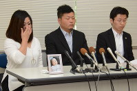Megumi Kitano, mother of Shoya, left, explains her feelings in tears alongside her husband Masami, center, at a press conference on May 21, 2018, in Kobe's Chuo Ward. Shoya's picture is placed in front of the parents. (Mainichi)