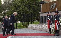 British Foreign Secretary Boris Johnson, second from left, and Argentine Foreign Secretary Jorge Faurie, left, pay tribute at the Monument of the Fallen Soldiers in honor of soldiers who died in the Falklands War in Buenos Aires, Argentina, on May 20, 2018. (AP Photo/Gustavo Garello)