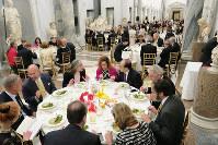 バチカン美術館の新回廊で開かれた夕食会=バチカンで、玉木達也撮影