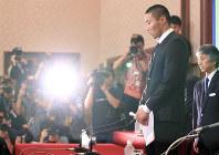 記者会見に臨む宮川泰介さん(右)=東京都千代田区で2018年5月22日午後2時46分、梅村直承撮影