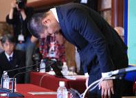 会見で頭を下げて謝罪する日大の宮川泰介選手=東京都千代田区で2018年5月22日午後3時3分、梅村直承撮影