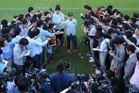 サッカー日本代表の合宿が始まり、練習を終え報道陣の質問に答える西野監督(中央)=千葉県内で2018年5月21日、長谷川直亮撮影
