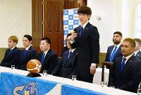 今シーズンを振り返る島根スサノオマジックの鈴木裕紀監督(前列右から2人目)=松江市内で、前田葵撮影