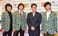 大阪文化芸術フェスの開催を発表した松井一郎・大阪府知事(右から2人目)とウルフルズのメンバーら=大阪市で、芝村侑美撮影