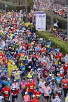 2017年の奈良マラソンでスタートするランナーら=奈良市で、数野智史撮影