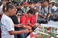 Citizens pay respect to the victims of the forcible removal of demonstrators by the security forces in 2010, in central Bangkok on May 19, 2018. (Mainichi)