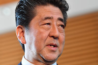 Prime Minister Shinzo Abe speaks with reporters about Kake Educational Institution's establishment of a veterinary school at the prime minister's office in Chiyoda Ward, Tokyo, on May 22, 2018. (Mainichi)