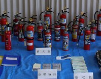 Hokkaido police put the expired fire extinguishers and other evidence on display for the media on May 21, 2018. (Mainichi)