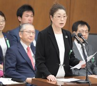 Emiko Teranishi makes her statement at a meeting of the House of Representatives Health, Labor and Welfare Committee on May 22, 2018. (Mainichi)