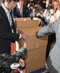 Boxes of documents relating to the sale of state land to school operator Moritomo Gakuen are taken into the waiting room for directors of the House of Representatives Budget Committee on May 23, 2018. (Mainichi)