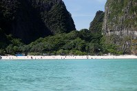 5月23日、レオナルド・ディカプリオ主演の映画「ザ・ビーチ」の撮影場所として有名になったタイのマヤ湾(写真)が、6月から4カ月間にわたり閉鎖される(2018年 ロイター/Soe Zeya Tun)
