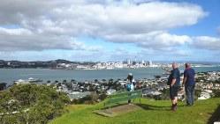 船で渡ったデボンポートのビクトリアの丘からオークランド都心を遠望する。さわやかな秋晴れ(写真は筆者撮影)