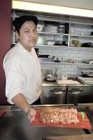 オープンキッチンでギョーザを提供するレストラン「GYOZA IT.」=東京都港区赤坂で、宇田川恵撮影