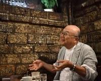 どこかお坊さんの雰囲気。とにかく話が面白い=東京・神保町の喫茶店「さぼうる」で、藤井達也撮影