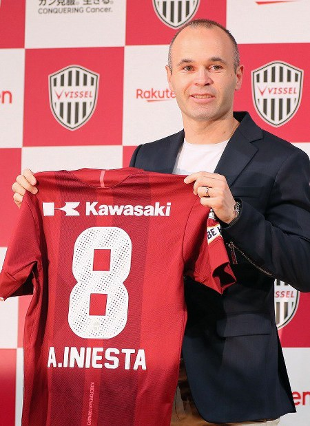 Former FC Barcelona player Andres Iniesta holds up his new uniform during a news conference announcing his move to Vissel Kobe, in Tokyo on May 24, 2018. (Mainichi)