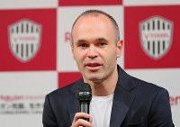 Former FC Barcelona player Andres Iniesta speaks in a news conference announcing his move to Vissel Kobe, in Tokyo on May 24, 2018. (Mainichi)