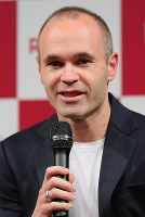 Former FC Barcelona player Andres Iniesta holds a press conference announcing his move to Vissel Kobe in Tokyo on May 24, 2018. (Mainichi)