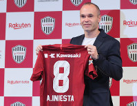 Former FC Barcelona player Andres Iniesta shows off his new uniform during a press conference announcing his move to Vissel Kobe, on May 24, 2018 in Tokyo. (Mainichi)