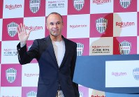 Former FC Barcelona player Andres Iniesta poses during a press conference announcing his move to Vissel Kobe, in Tokyo on May 24, 2018. (Mainichi)