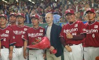 Former FC Barcelona player Andres Iniesta, center, poses for a commemorative photograph with Rakuten Eagles baseball players at Tokyo Dome in Tokyo's Bunkyo Ward on May 24, 2018. (Mainichi)