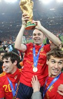 Spain's Andres Iniesta holds the trophy Spain captured with its victory over the Netherlands in the final of the 2010 FIFA World Cup, at Soccer City Stadium in suburban Johannesburg, South Africa, on July 11, 2010. (Mainichi)
