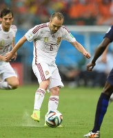 Spain's Andres Iniesta controls the ball during a match against the Netherlands in the 2014 FIFA World Cup at Arena Fonte Nova in Salvador, Brazil, on June 13, 2014. (Mainichi)
