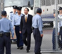 保釈され大阪拘置所を出る籠池泰典被告=大阪市都島区で2018年5月25日午後5時21分、望月亮一撮影