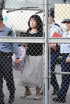 保釈され大阪拘置所を出る籠池諄子被告=大阪市都島区で2018年5月25日午後5時22分、望月亮一撮影