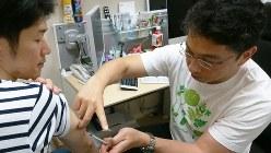 麻疹の流行が報じられ、東京都内のクリニックでワクチン接種を受ける男性