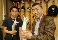 人形の手足は人形遣いの自前だが、特殊なものは劇場で制作することもある。村尾愉さん(左)と桂南光さんが手にするのは鬼の手=大阪市中央区で2018年4月25日、菅知美撮影