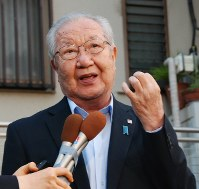 In this April 27, 2018 file photo, Shigeo Iizuka, the elder brother of a woman abducted by North Korea, speaks to reporters about the summit between North Korean leader Kim Jong Un and South Korean President Moon Jae-in, in Ageo, Saitama Prefecture. (Mainichi)