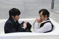 26日放送の「おっさんずラブ」第6話の一場面。田中圭さん(左)、吉田鋼太郎さん=テレビ朝日提供